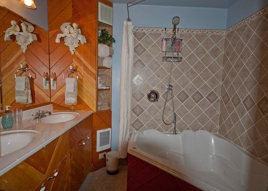 Fishermans Widow Bed & Breakfast: Rivers Edge Bathroom w/jetted tub