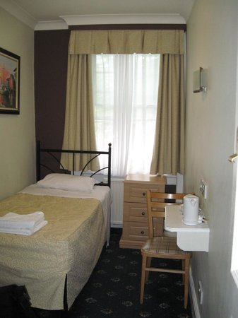 Central Hotel: Single room with ensuite, front of hotel, facing Argyle Street
