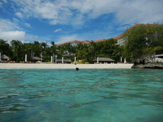 Shangri-La's Mactan Resort & Spa: 海からシャングリラ側を見るとこんな感じ。