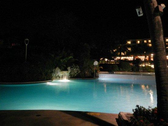 Shangri-La's Mactan Resort & Spa: ホテルのメインプール(夜景)