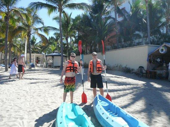 Hotel Riu Vallarta: Kayaking was also free.  They had three kayaks to use.