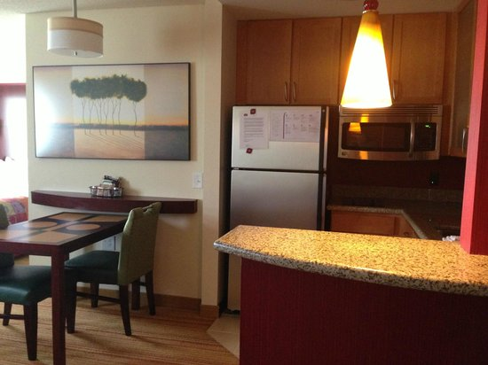 Residence Inn Moline Quad Cities: Kitchen/Dining table
