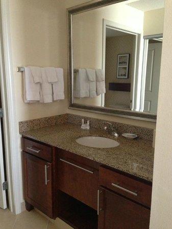 Residence Inn Moline Quad Cities: Powder room area