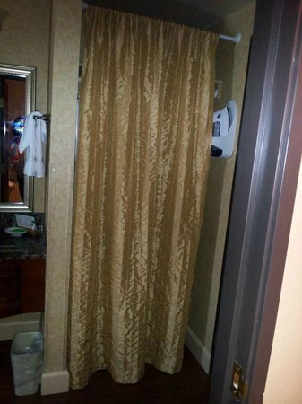 Red Lion Hotel Salem : Really? a tacky curtain on a cheapo rod..this is a decorating DONT!