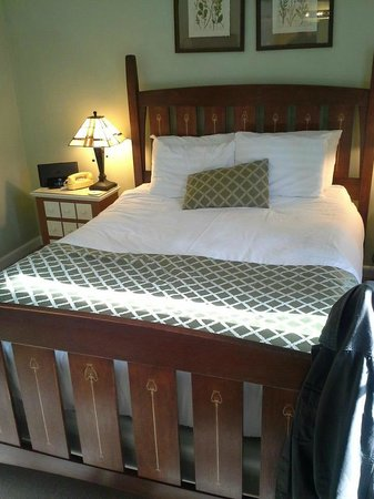 Carmel Cove Inn at Deep Creek Lake: our bed, we had stuff sitting on it before i took this
