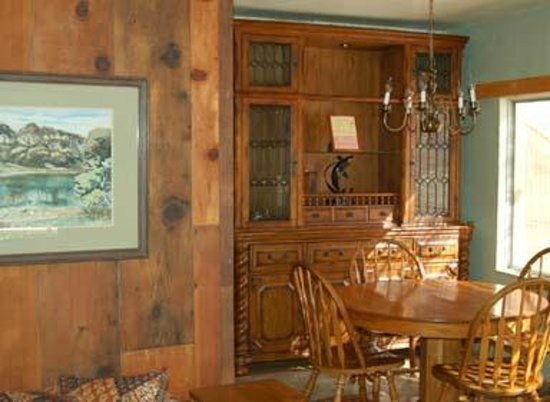 Trinity River Adventure Inn River Lodging: Sow's Ear's sideboard and dining area