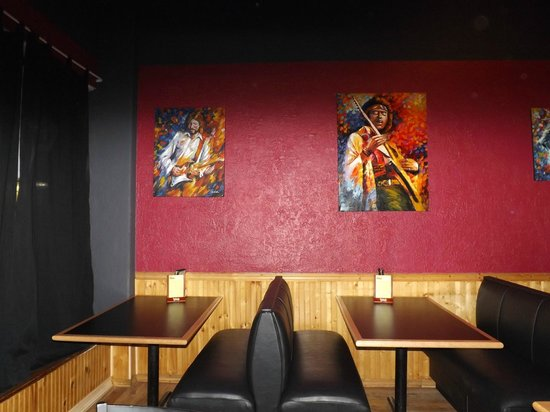 Grand Avenue Pizza: New booths and original artwork