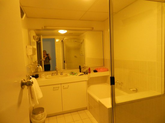 Kingston Terrace Serviced Apartments: Bathroom with bath and shower