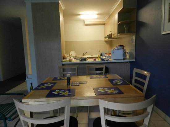 Kingston Terrace Serviced Apartments : Dining area looking towards kitchen