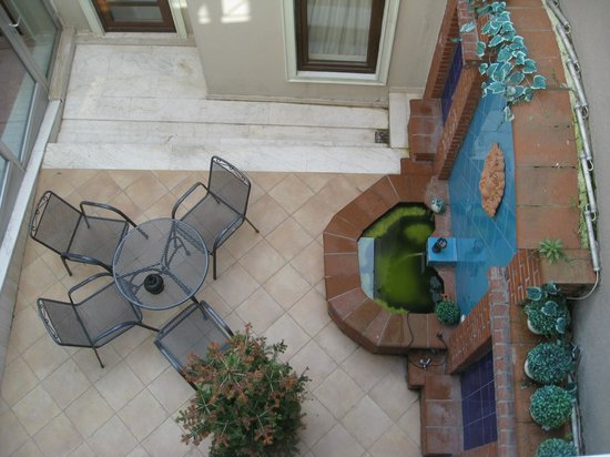 Seraglio Hotel and Suites: Courtyard