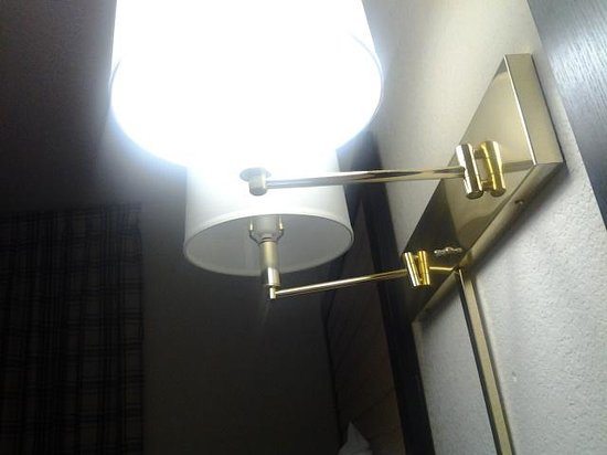 Extended Stay America - Savannah - Midtown : prison white florescent lights