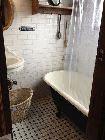 San Remo Hotel: claw foot tub / shower