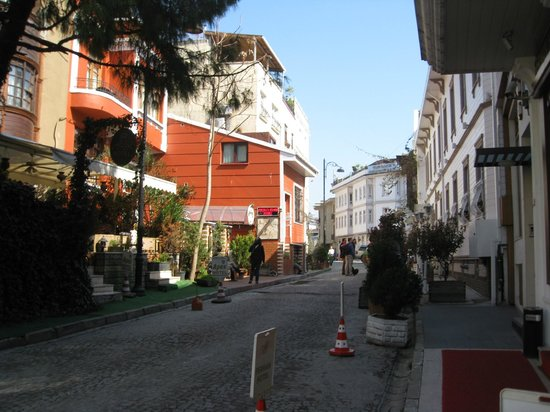Seraglio Hotel and Suites: Street outside the hotel