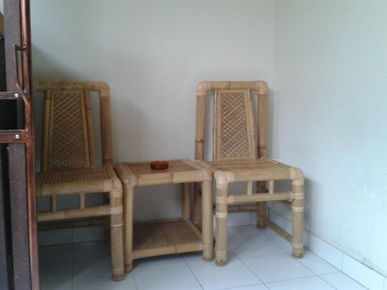 Di Kubu Home: terace chairs and table
