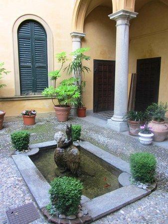 Hotel Villa Cipressi: Inside courtyard