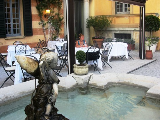 Hotel Villa Cipressi: View of restaurant courtyard