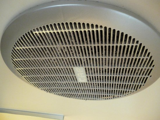 Noosa Shores Resort: Dust on ceiling fan in bathroom