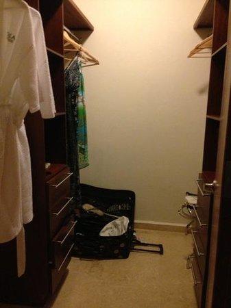 Ciqala Luxury Suites: bedroom closet