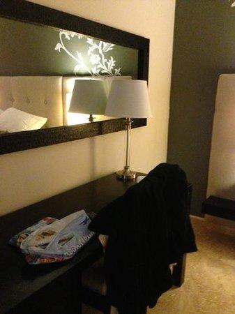 Ciqala Luxury Suites: desk in bedroom