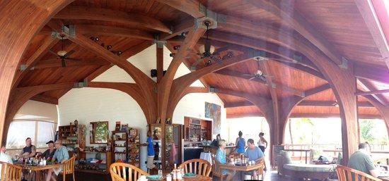 Hatchet Caye Resort: Restaurant and bar area