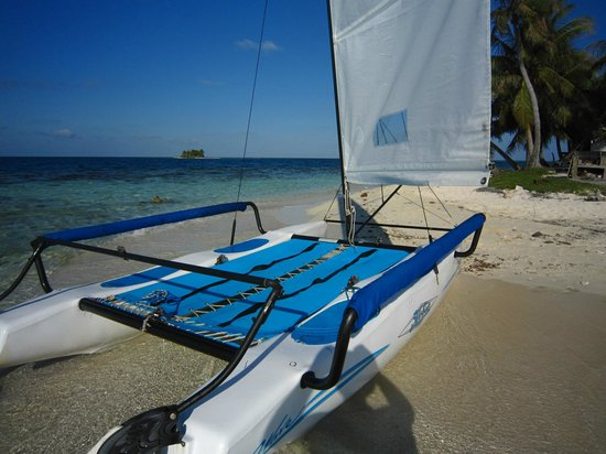 Hatchet Caye Resort: Hobie Cat at Silk Caye