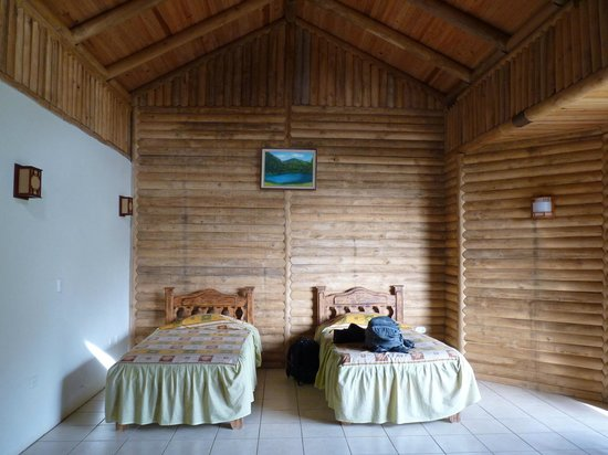 Albergue Ecologico Monterreal: One side of the room, other side has 1 queen + 1 twin