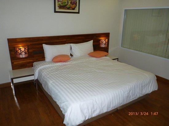 โรงแรมบุรีศรีภู บูติกโฮเต็ล: bed is comfortable, extra pillow though 100 baht