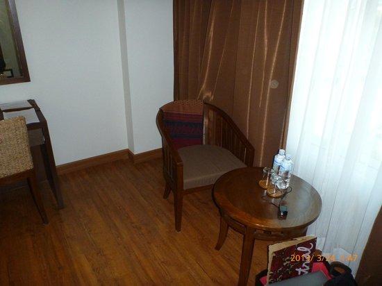 โรงแรมบุรีศรีภู บูติกโฮเต็ล: chair and table