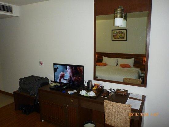 โรงแรมบุรีศรีภู บูติกโฮเต็ล: TV and Desk