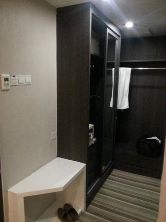 The Sterling Boutique Hotel Melaka: The wardrobe outside, outside of bathroom