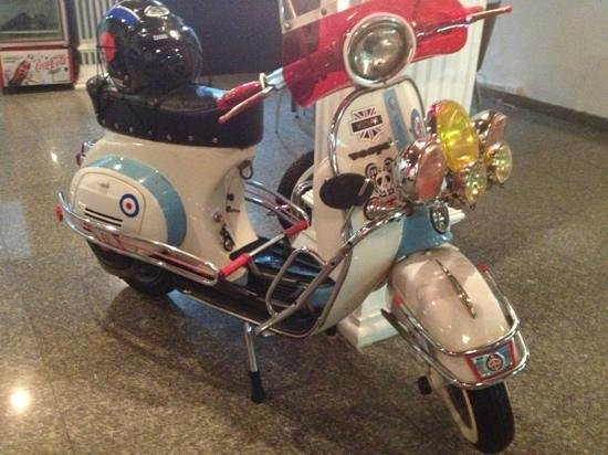 Bodega: old school Vespa in the gallery