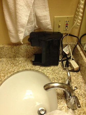 Econo Lodge Inn & Suites: coffee maker on lavatory