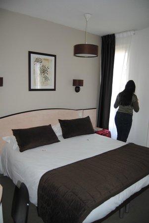 Kyriad Paris - Clichy Centre: Kleine kamer met prima bed