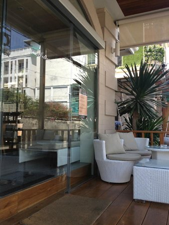 ذا بيريود براتونام: entrance with balcony outside