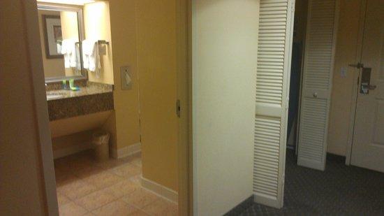 Allure Resort International Drive Orlando: Entry to Bathroom