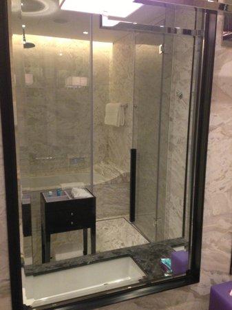 W Guangzhou: Bathtub with TV