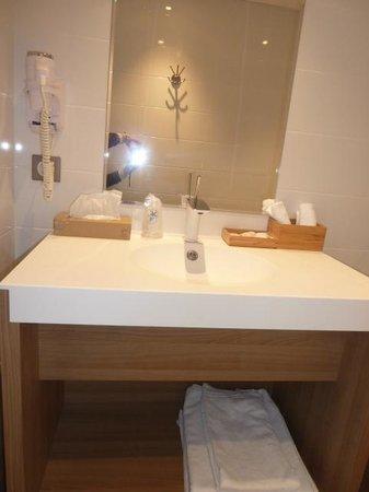 Inter-Hotel Neptune : salle de bain ou douche