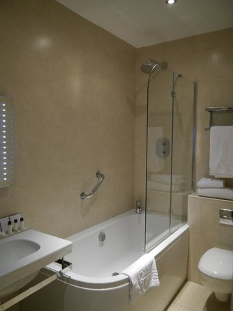 Brook Whipper-In Hotel: Lovely bathroom with huge bath