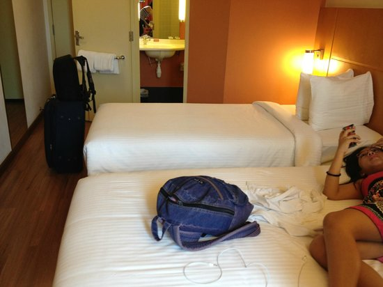 Ibis Singapore on Bencoolen: Bedroom plus a portion of the Bathroom