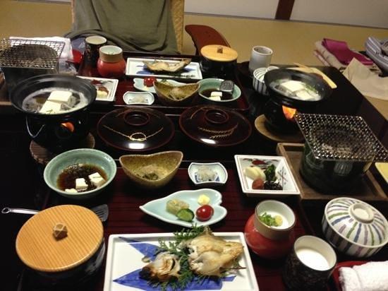 Kinosaki Onsen Nishimuraya Honkan: Traditional Japanese breakfast feast.