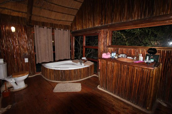 Pezulu Tree House Game Lodge: Bagno interno