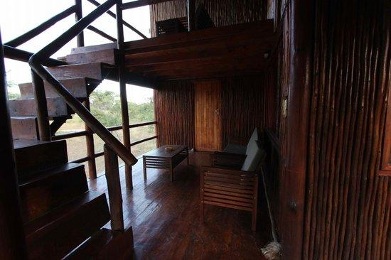 Pezulu Tree House Game Lodge: Scale che portano alla terrazza