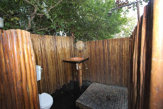 Pezulu Tree House Game Lodge: Bagno esterno