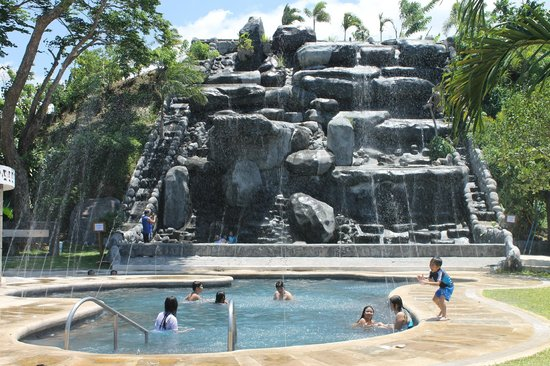 Sol Y Viento Mountain Hot Springs Resort: Swimming Pool with flowing water from above