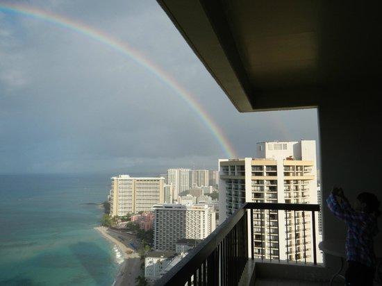 The Residences at Waikiki Beach Tower: きれいな虹が見えました