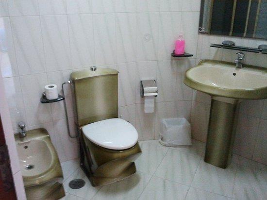 Casa Maruja: Baño de la habitacion con bañera