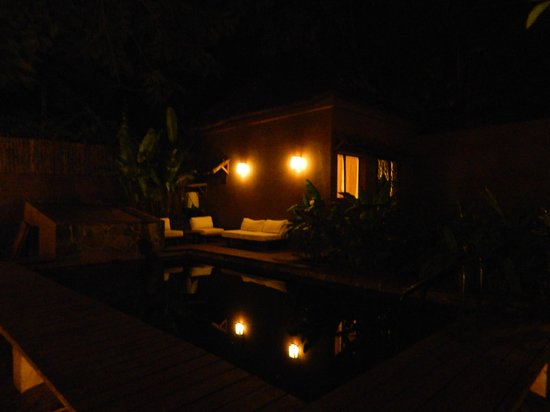 Comme Chez Soi: swimming pool at night