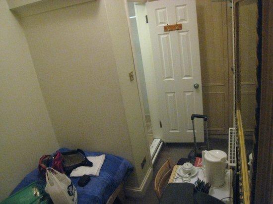 Fairway Hotel: Door to bathroom.