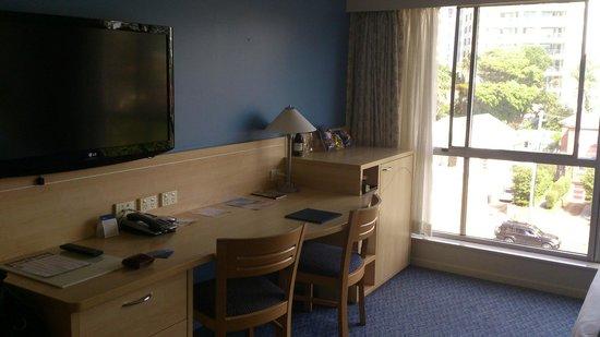 Novotel Wollongong Northbeach: TV, work desk, mini-bar.