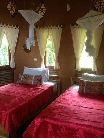 Kuraburi Greenview Resort : twin bed. clay house
